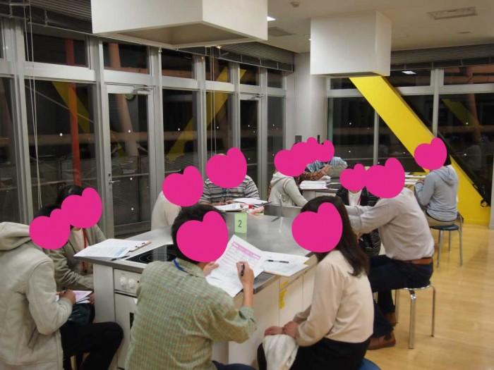 窓の外には、甲府盆地の人口84万人の夜景が一望できます!!(みなさんトークに夢中でみていない!?)